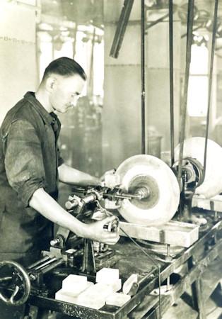historie-meyer-optik-goerlitz-glas-schneiden